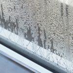 梅雨時期に窓に出来る水滴などの結露原因、放置が危険な理由や対策